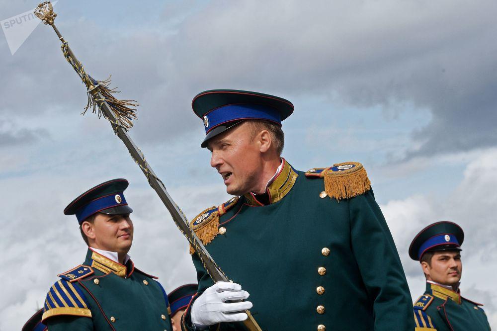 مهرجان سباسكايا باشنيا الدولي للموسيقى العسكرية على الساحة الحمراء في موسكو - قائد الأوركسترا الرئاسية في خدمة  الكرملين بموسكو، يفغيني نيكيتين يرافق موكب المشاركسن بالمهرجان