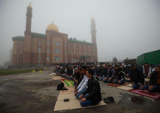 صلاة عيد الأضحى في ساحات مسجد الشيخ  كونتا-حاجي كيشييف في نوفوسيبيرسك، روسيا