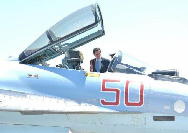 بشار الأسد يتفقد طائرة مقاتلة في قاعدة حميميم