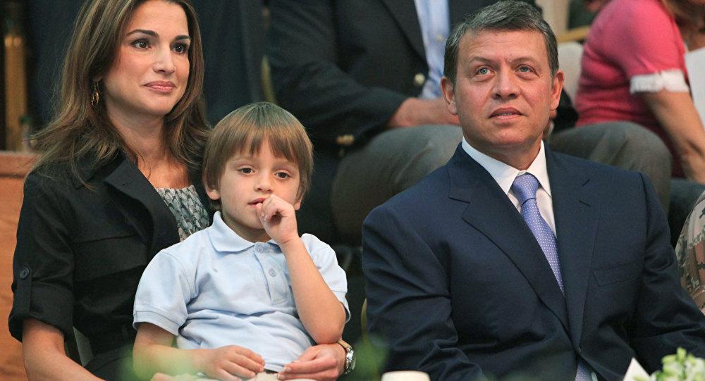 الملك الأردني عبدالله الثاني برفقة زوجته الملكة رانيا والأمير هشام