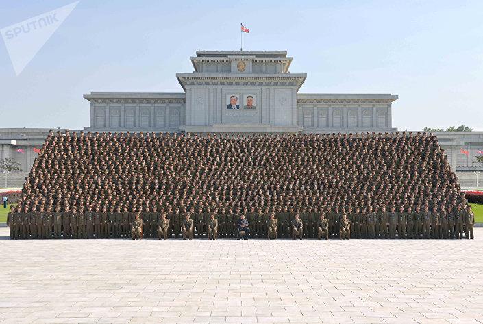 زعيم كوريا الشمالية مع القادة العسكريين