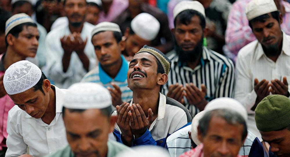 مصلي من الروهينغا يبكي خلال صلاة عيد الأضحى في مخيم اللاجئين