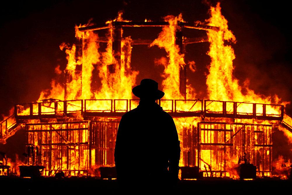 حارس دمية الرجل المحترق في المهرجان في أمريكا