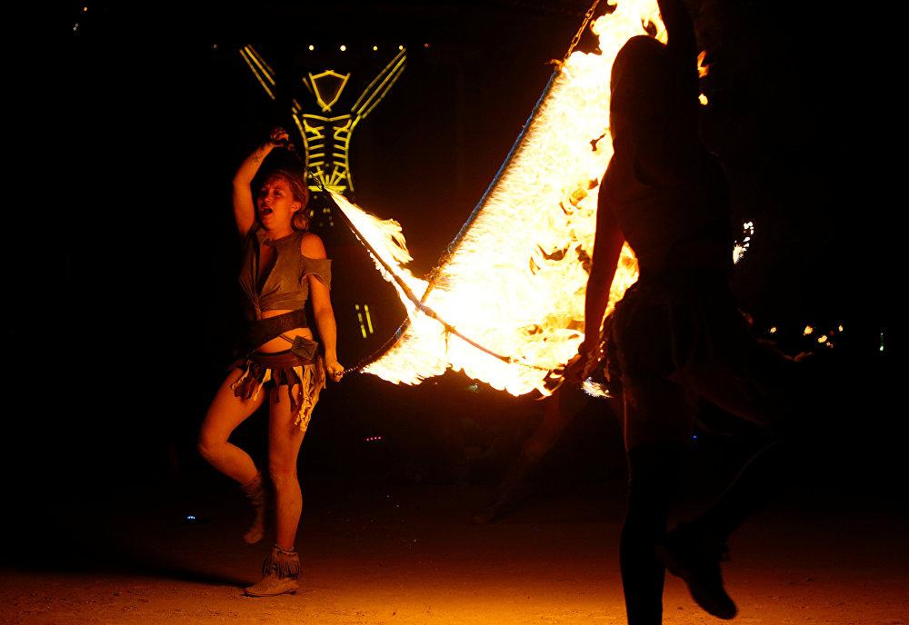 مشاركون في مهرجان الرجل المحترق في أمريكا