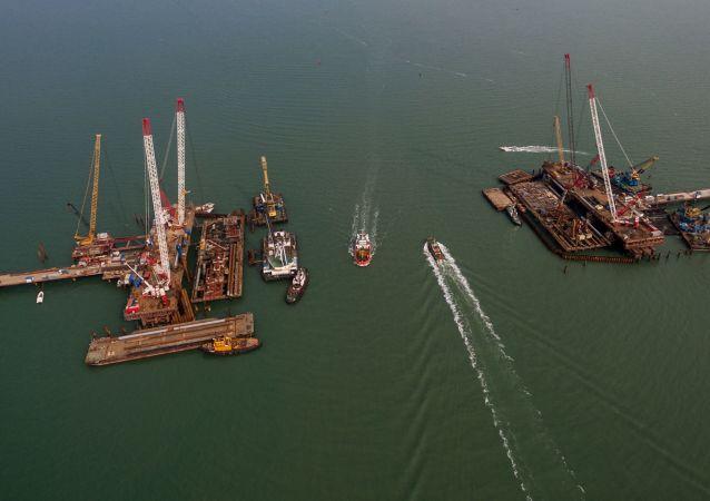 جسر القرم قيد الإنشاء