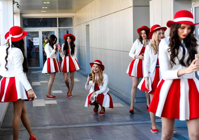 فتيات فريق الاستقبال والتشجيع في سباق الجائزة الكبرى لـ فورمولا-1 في روسيا