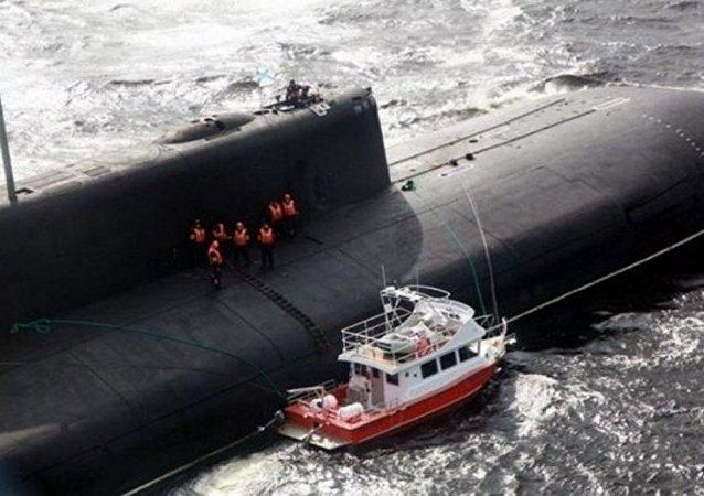 العملاق الروسي ينقذ سفينة مدنية