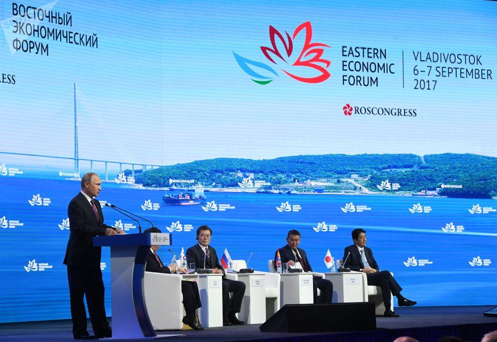الرئيس الروسي فلاديمير بوتين خلال إلقاء كلمة خلال الجلسة الثالثة لمنتدى الشرق الأقصى الاقتصادي في فلاديفوستوك، سبتمبر/ أيلول 2017