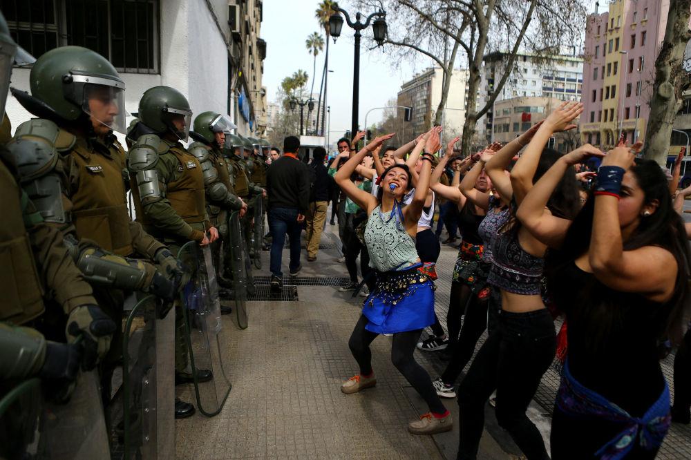 متظاهرون يرقصون أمام شرطة الشغب في سانتياغو، تشيلي 5 سبتمبر/ أيلول 2017