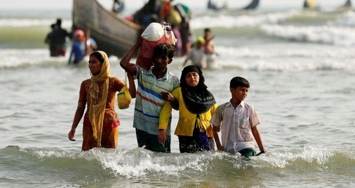 خروج لاجئو الروهينغا إلى الشاطئ بعد عبورهم حدود بنغلادش-ميانمار عبر خليج البنغال، بنغلادش 5 سبتمبر/ أيلول 2017
