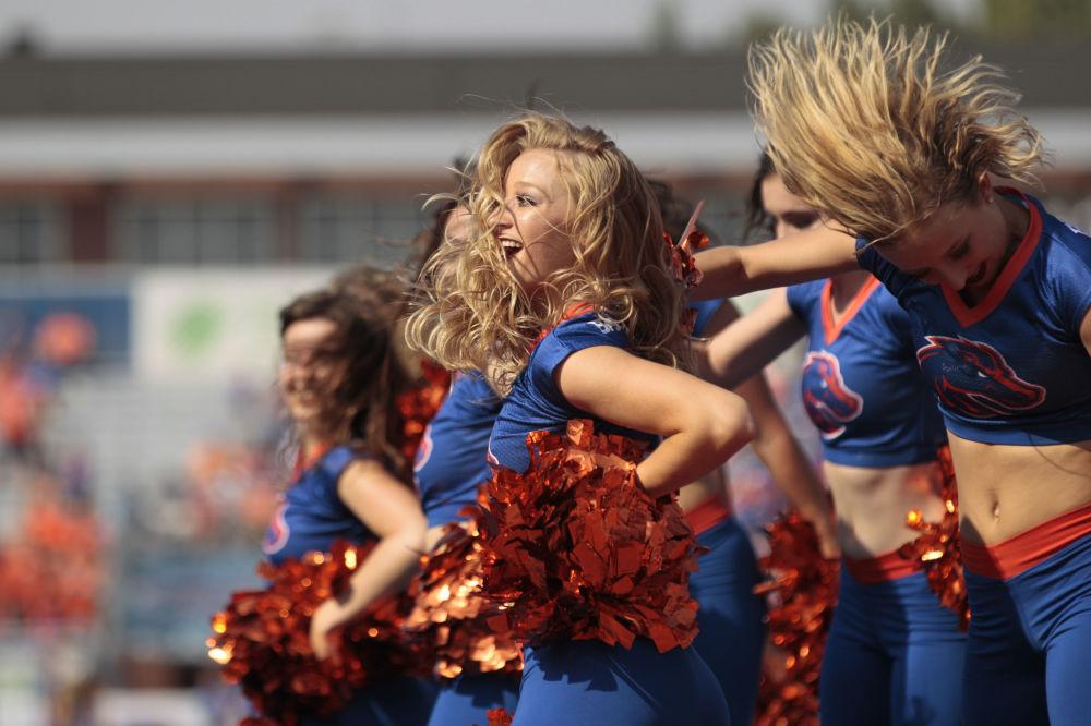 فريق من فتيات التشجيع لفريق كرة القدم التابع لجامعة بويز ستيت ضد فريق جامعة تروي بولاية أيداهو، الولايات المتحدة 2 سبتمبر/ أيلول 2017