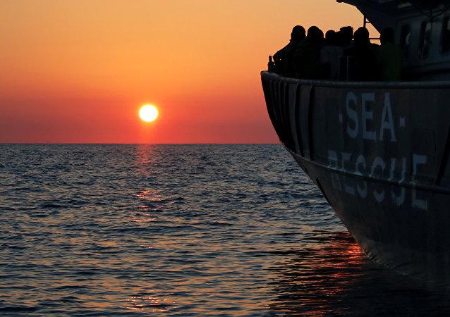 قارب يحمل مهاجرين