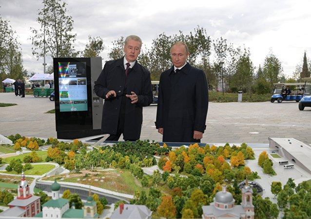 الرئيس الروسي فلاديمير بوتين و عمدة موسكو سيرغي سوبيانين