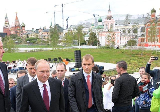 الرئيس الروسي فلاديمير بوتين خلال إفتتاحه لحديقة زارياديه