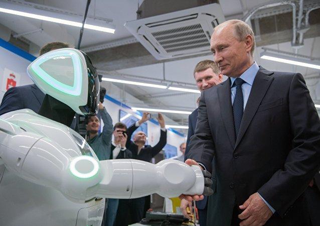 بوتين يتجول في صالة عرض للشركات الصغيرة والمتوسطة العاملة في الاقتصاد الرقمي في بيرم