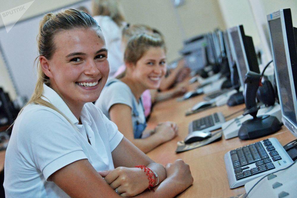 اختبارات قبول تمهيدية للفتيات في مدرسة كراسنودار للطيران