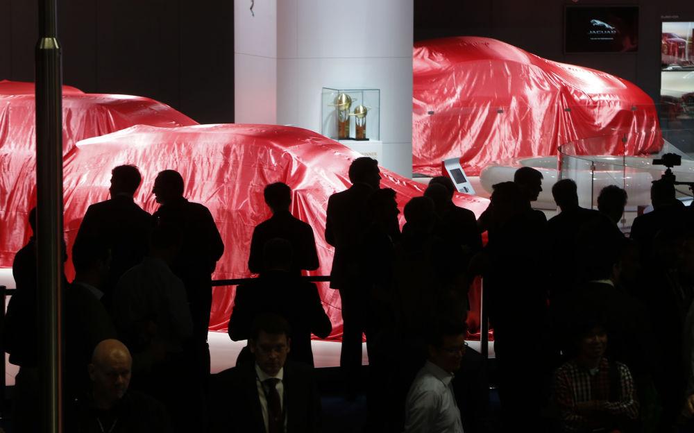 الزوار ينتظرون عرض فيراري في معرض السيارات الدولي في فرانكفورت، ألمانيا