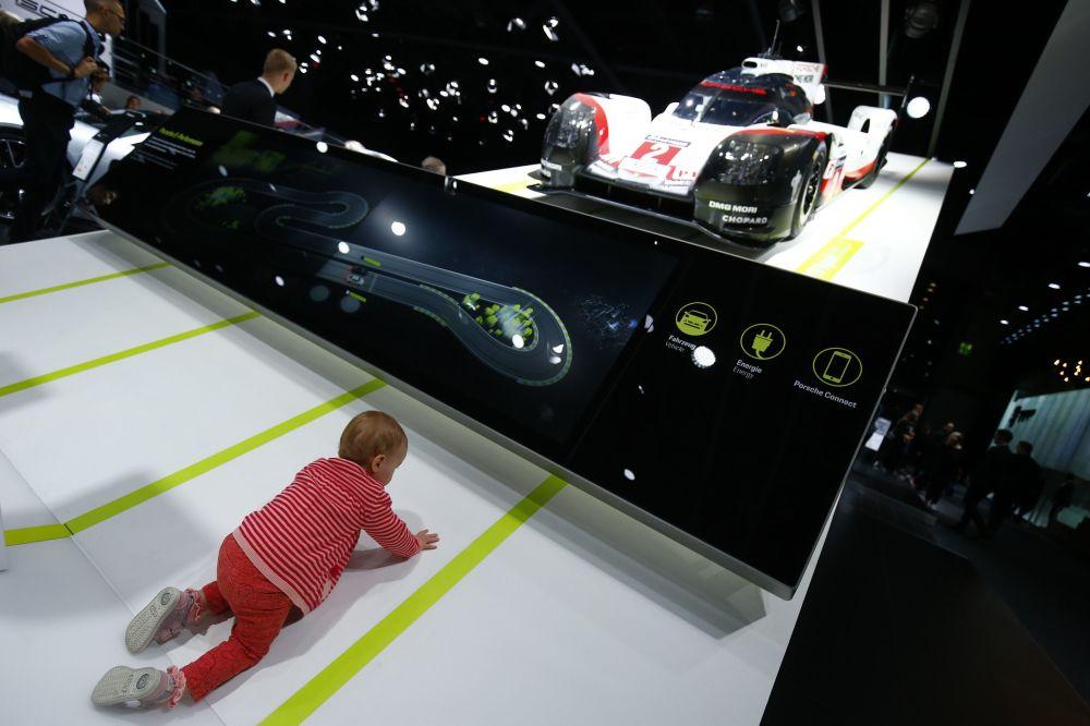 طفل بجانب بورشه 919 هبريد في معرض فرانكفورت للسيارات