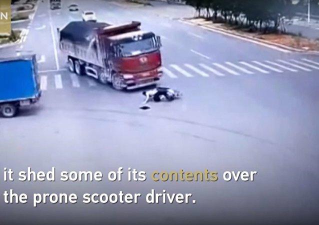 سائق سكوتر ينجو بأعجوبة بعد اصطدامه بسيارتين عالتوالي (فيديو)