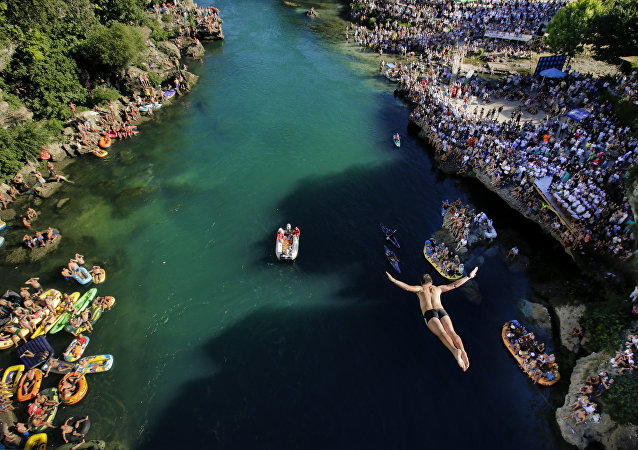 مسابقة سنوية تقليدية للقفز في الماء من جسر قديم بإحدى مدن البوسنة و الهرسك