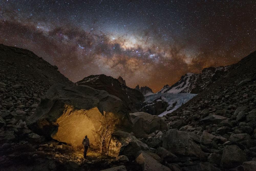 صورة للمصور يوري زفيزدني الرحال في باتاغونيا، الذي فاز بترشيح الناس والفضاء في مسابقة رؤية المصور لعلم الفلك لعام 2017