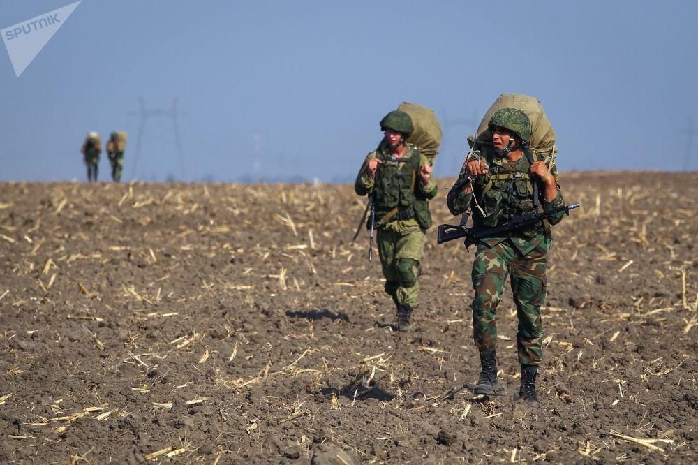 قوات الجيش الروسية والمصرية خلال مناوراتحماة الصداقة-2017 في كراسنودارسكي كراي