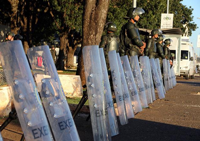 جنود برازيليون أمام الوزارة في البرازيل