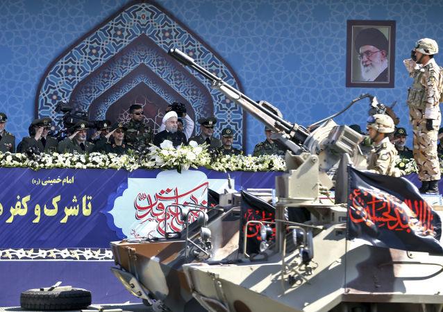 الرئيس الإيرانى حسن روحاني يراقب العرض العسكري بمناسبة الذكرى الـ 37 للحرب بين إيران والعراق في طهران
