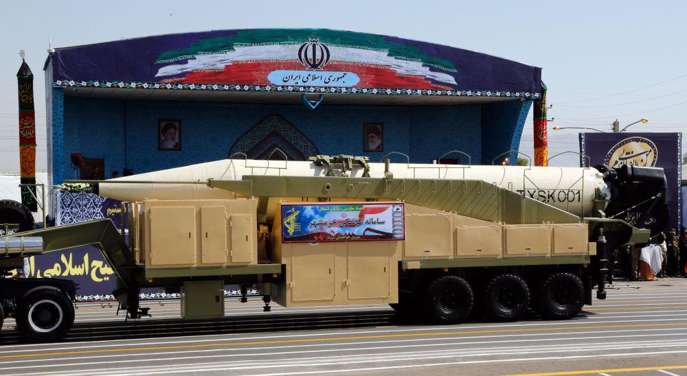 الصواريخ البالستية الإيرانية الجديدة خرمشهر في العرض العسكري في طهران