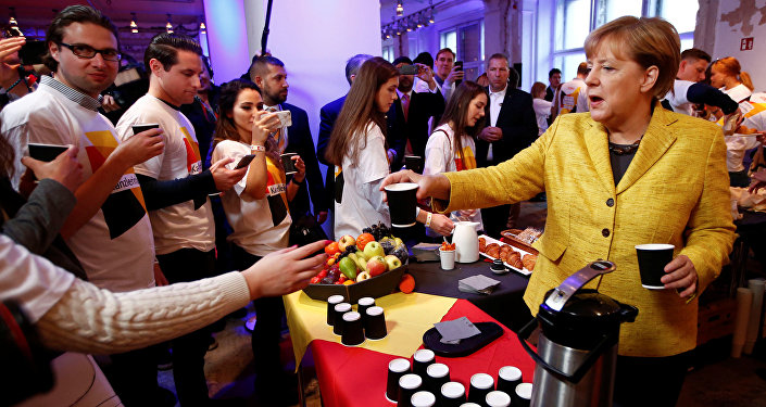 أنجيلا ميركل تقدم القهوة خلال الحملة الانتخابية