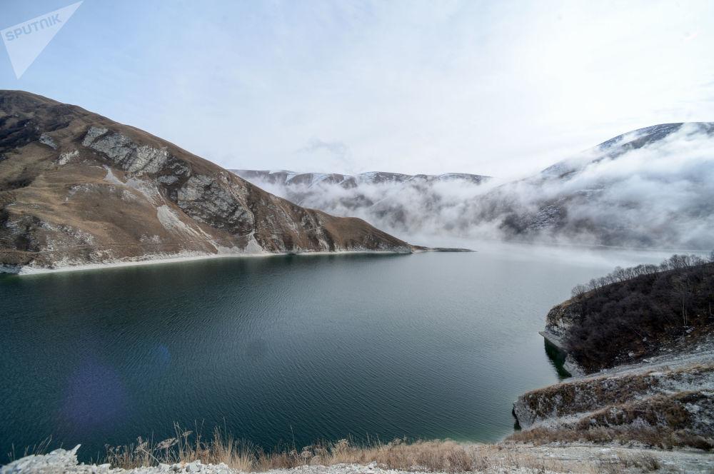 بحيرة كزينويام على حدود منطقة فيدينو (بوطليخ) الشيشانية. وهي أكبر وأعمق بحيرة في شمال القوقاز