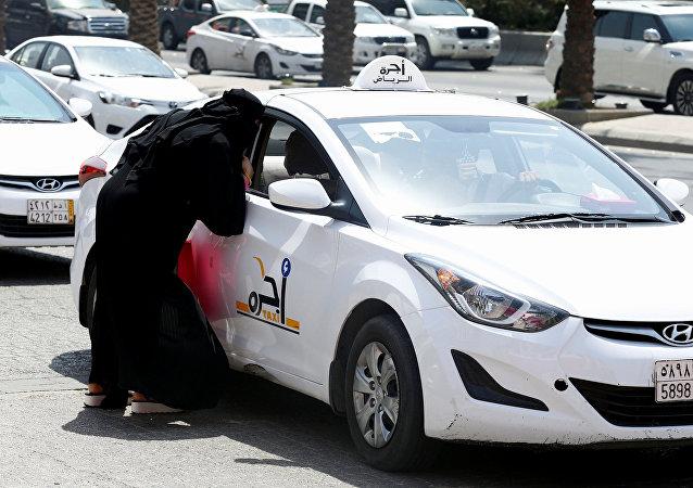 سيدة سعودية تطلب سيارة أجرة في الرياض
