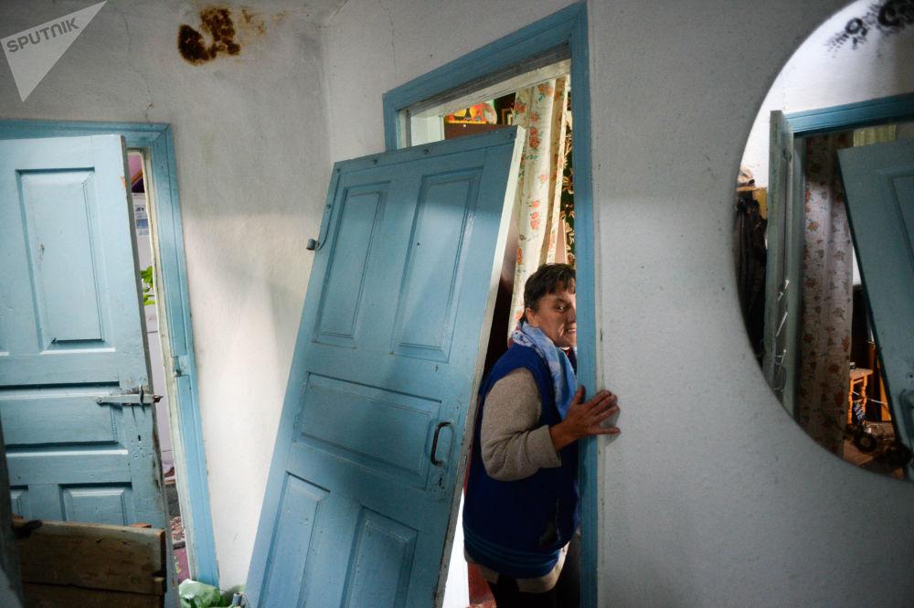 مواطنة تقف على عتبة منزلها القريب من القاعدة العسكرية ببلدة كالينوفكا، والقريب من القاعدة العسكرية حيث انفجرت الذخائر، أوكرانيا
