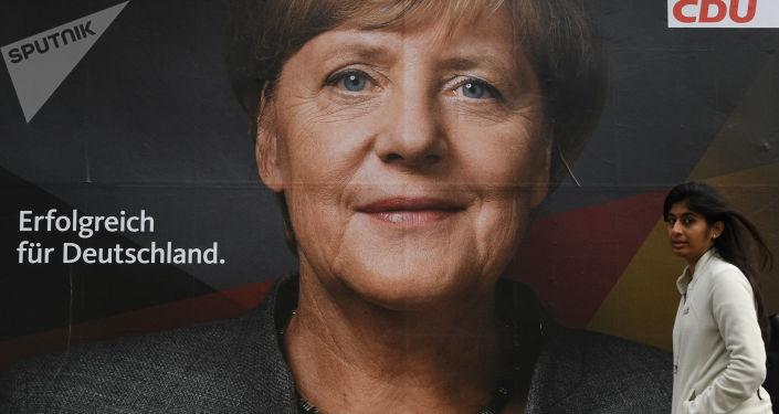 ملصق إعلاني للمستشارة الألمانية، زعيمة الاتحاد الديمقراطي المسيحي، أنجيلا ميركل في أحد شوارع برلين عشية الانتخابات البرلمانية في ألمانيا