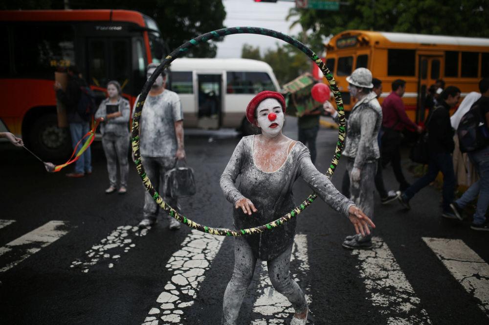 عضو في الاحتجاجات المناهضة للحكومة في السلفادور، 25 سبتمبر/ أيلول 2017
