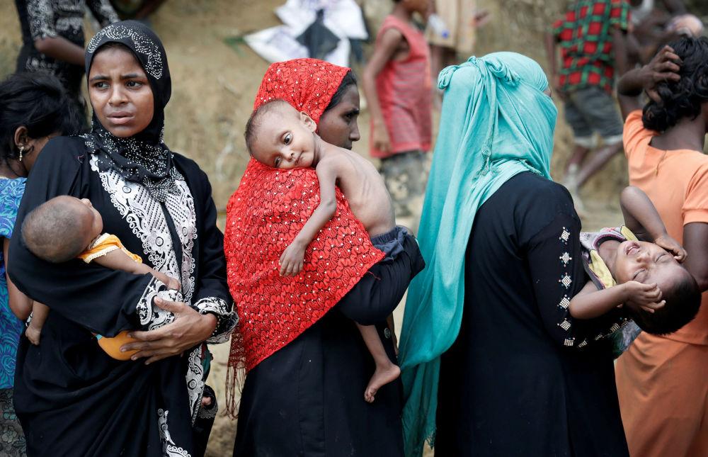 لاجئو الروهينغا ينتظرون لتلقي المساعدات في مدينة بازار كوكس، بنغلاديش 24 سبتمبر/ أيلول 2017