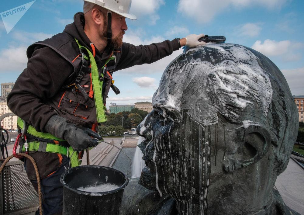 عملية غسل تمثال فلاديمير لينين في ساحة موسكو بمدينة سان بطرسبورغ، بمناسبة ذكرى مرور 100 عام على ثورة أكتوبر، روسيا