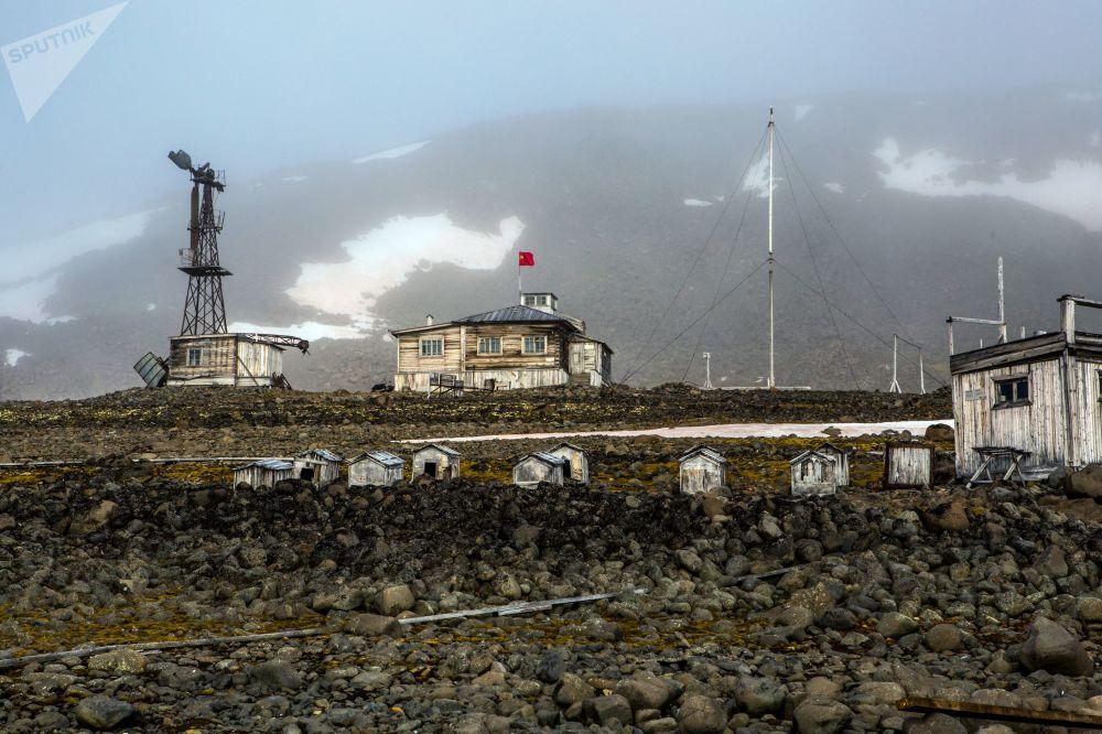 بيوت للكلاب في المحطة القطبية بخليج تيخايا، في أرخبيل أرض فرانس جوزيف في منطقة القطب الشمالي