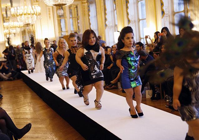 عرض أزياء لقصيرات القامة في أسبوع الموضة في باريس