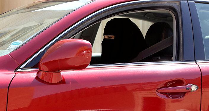 سيدة سعودية تقود سيارة