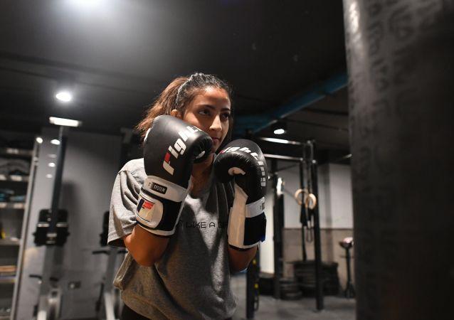فتاة سعودية خلال تدريبات الملاكمة في النادي الرياضي بمدينة جدة، المملكة العربية السعودية
