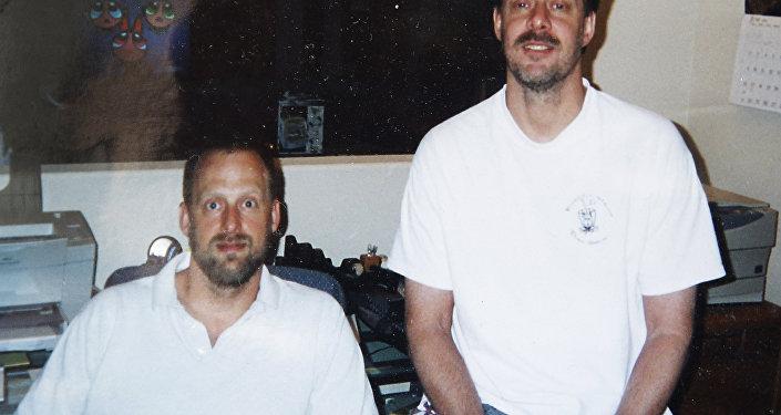 ستيفن بادوك يظهر يسار الصورة إلى جوار شقيقه
