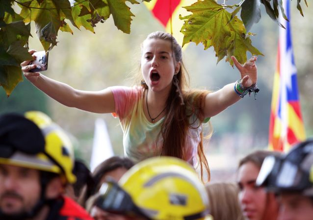 متظاهرون يخرجون لتأييد استفتاء كتالونيا في برشلونة