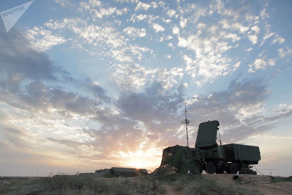 عمل محطة الرادار المحمولة على أرض موقع التدريبات في حقل أشولوك في أستراخانسكايا أوبلست، وذلك أثناء التدريبات التكتيكية لقوات الدفاع الجوي الروسية