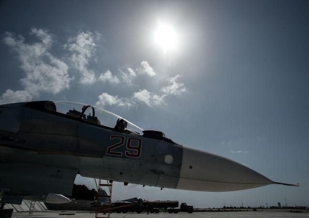 قاذفة سو-30 إس إم، تابعة للقوات الجوية الفضائية الروسية، تستعد للاقلاع من مطار القاعدة العسكرية السورية حميميم في سوريا