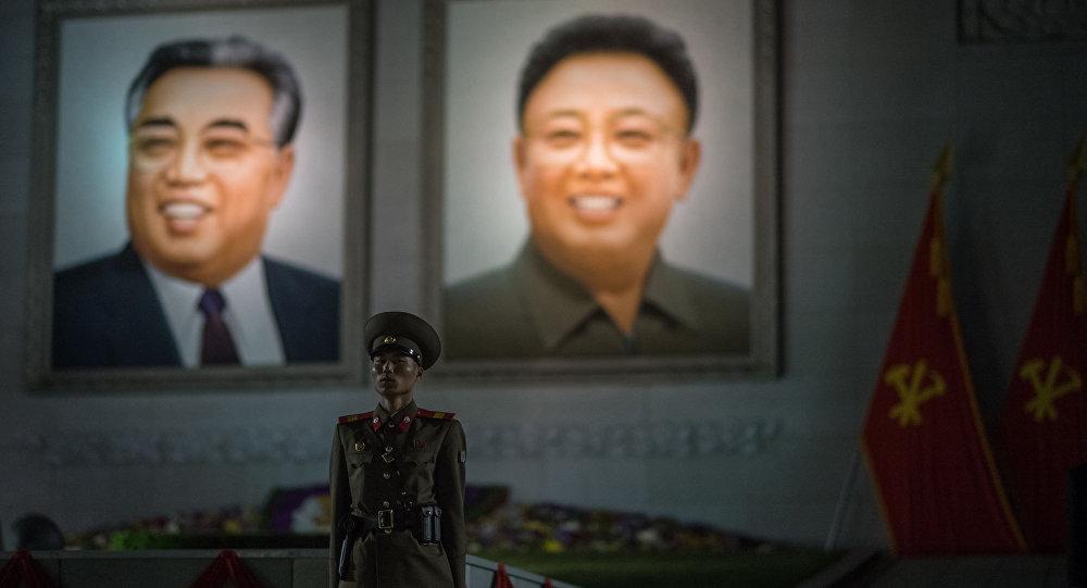 الزعيم الكوري الشمالي كيم جونغ أون ووالده كيم جونغ إيل