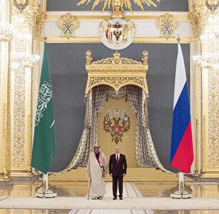 العاهل السعودي الملك سلمان بن عبد العزيز آل سعود والرئيس الروسي فلاديمير بوتين في قصر الكرملين، موسكو، روسيا