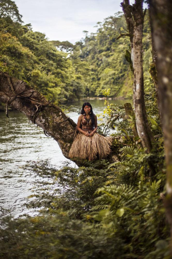 كتاب أطلس الجمال (The Atlas of Beauty) - صورة لفتاة تردي ثوب زفاف تقليدي من آمازون