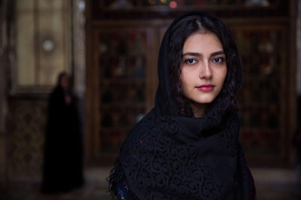 كتاب أطلس الجمال (The Atlas of Beauty) - صورة لفتاة تدعى محصي من إيران