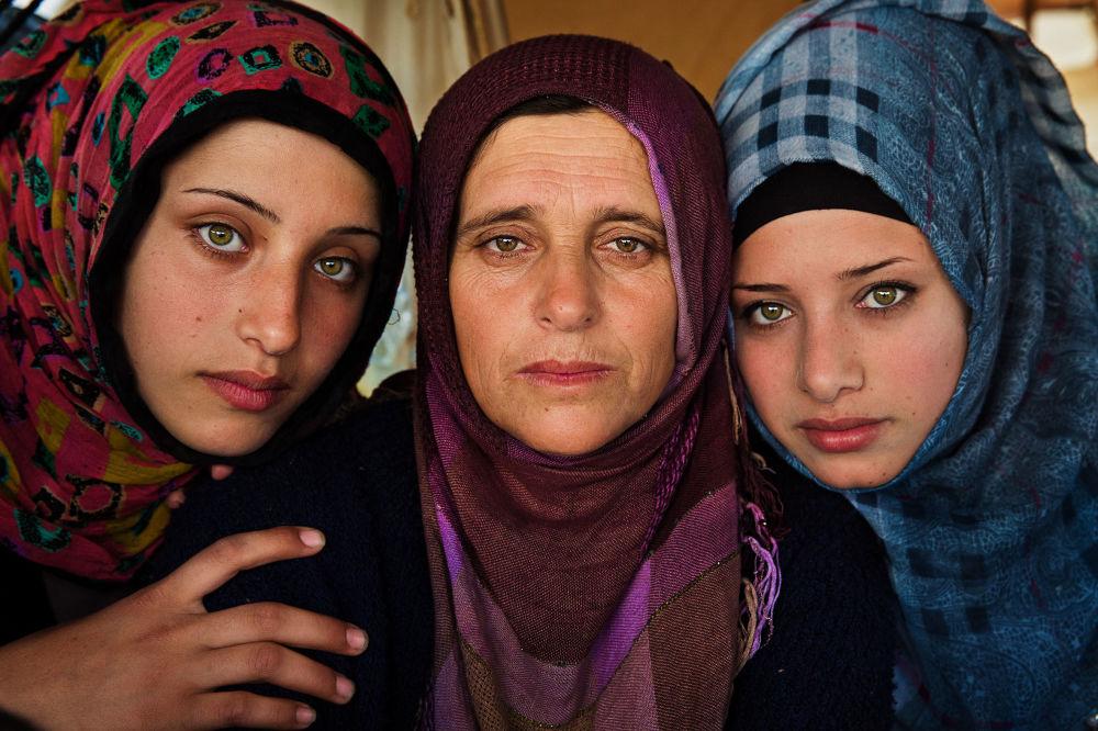 كتاب أطلس الجمال (The Atlas of Beauty) - صورة لنساء سوريات في مخيم للاجئين
